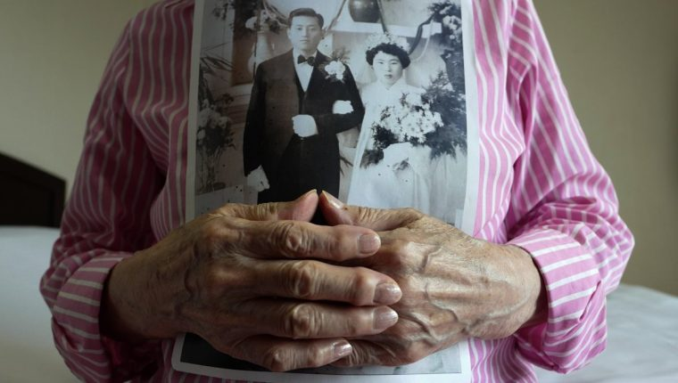 Ciudadana surcoreana desea obsequiar foto de su boda a su familia norcoreana (Foto Prensa Libre: EFE)