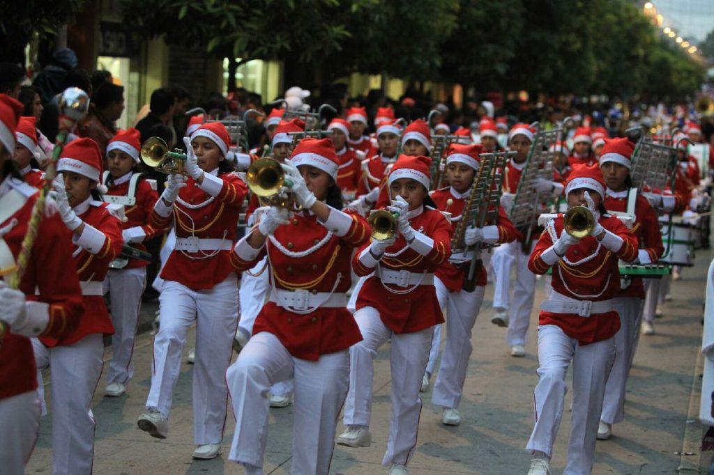 Con alegres melodías navideñas se abrían paso las bandas.