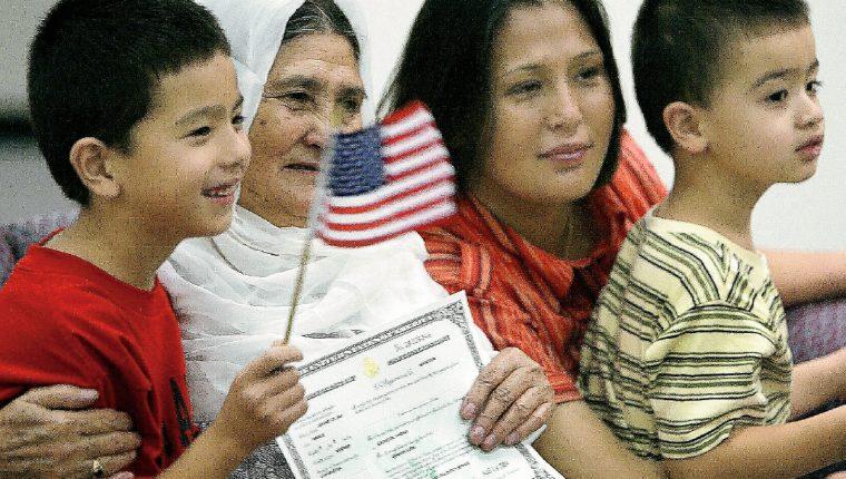 Jowhar Karim —segunda-izq—, originaria de Afganistán, posa para una foto de familia y su nuevo certificado de ciudadanía DE EE.UU. (Foto PrensaLibre:AFP).