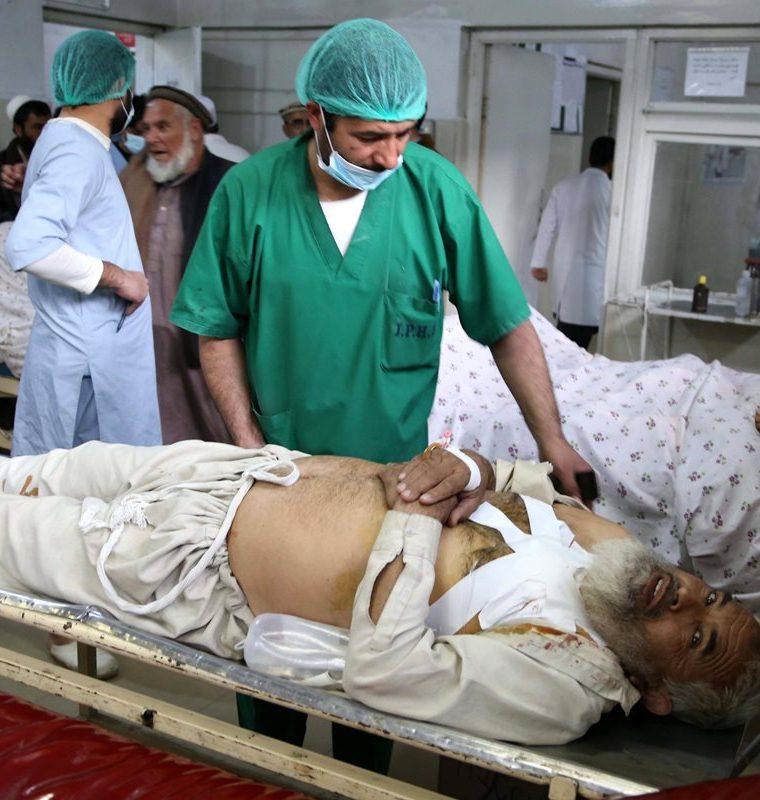 Las personas que resultaron heridas en un atentado en el funeral de un exgobernador fueron trasladadas a los centros asistenciales. (Foto: Prensa Libre: EFE)