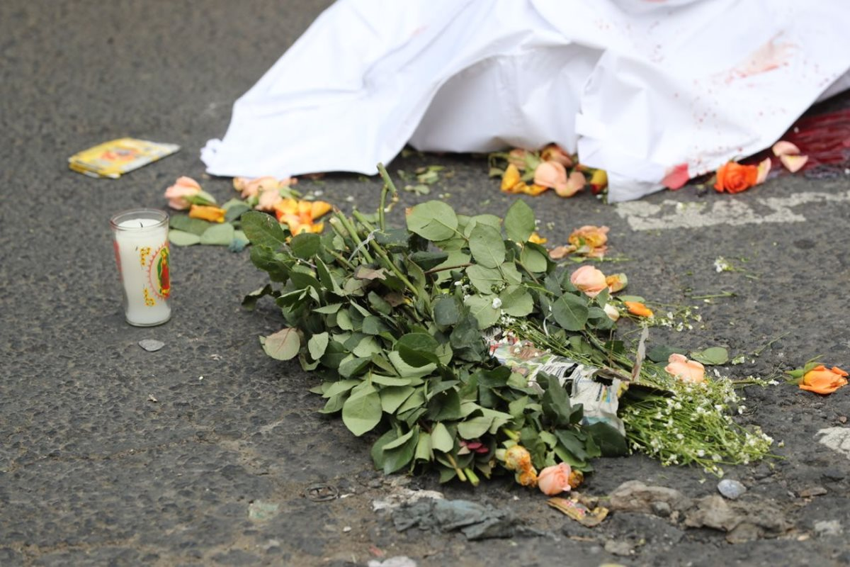 La mujer fue atropellada cuando regresaba del mercado de comprar rosas para ofrendarlas a la Virgen de Guadalupe. (Foto Prensa Libre: Érick Ávila)