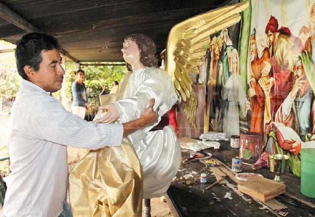 En el taller Nuestra Señora de Fátima trabajan a prisa para elaborar ángeles y andas. (Foto: Hemeroteca PL)