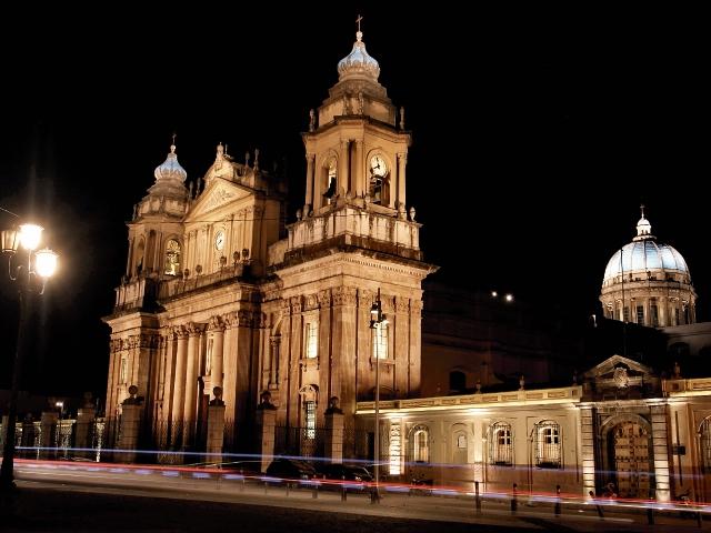 Con Q4.8 millones de inversión iluminan la Catedral Metropolitana para realzar el Centro Histórico