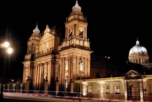 La Catedral Metropolitana tiene 203 años, se empezó a construir en 1782 y fue inaugurada en 1815. Ahora luce con nueva iluminación que resalta su arquitectura. (Foto, Prensa Libre Juan Diego González).