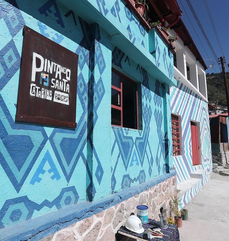 Las calles de Santa Catarina Palopó se han llenado de colores. (Foto Prensa Libre: Juan Diego González)