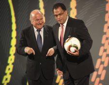 Sepp Blatter junto a Molefi Oliphant en la presentación del balón del Mundial de Sudáfrica Jabulani, en diciembre de 2009. (Foto Prensa Libre: AP)