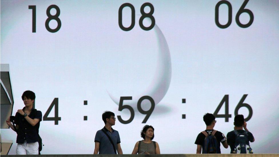 El gobierno de Japón quiere que los empleados no se preocupen por lo que dice el reloj un lunes al mes. REUTERS