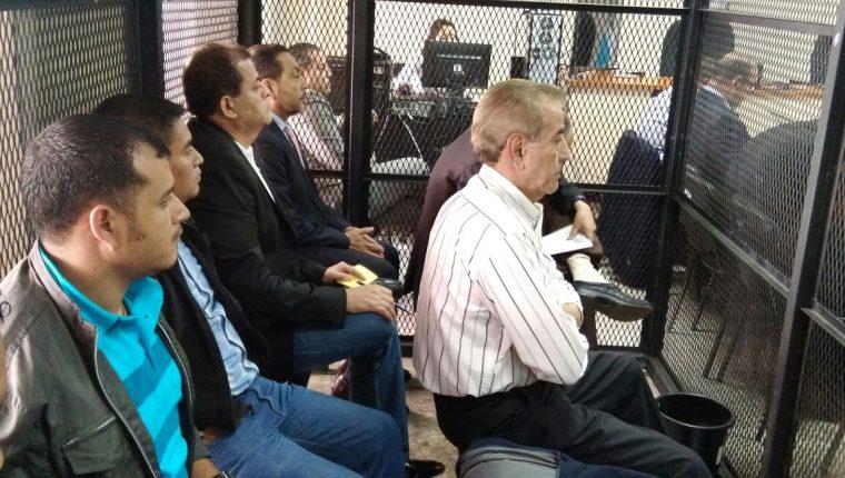 Algunos de los capturados por el caso, Caja de Pandora, escucharon la solicitud del Ministerio Público de ligarlos a proceso. (Foto Prensa Libre: Carlos Hernández Ovalle)