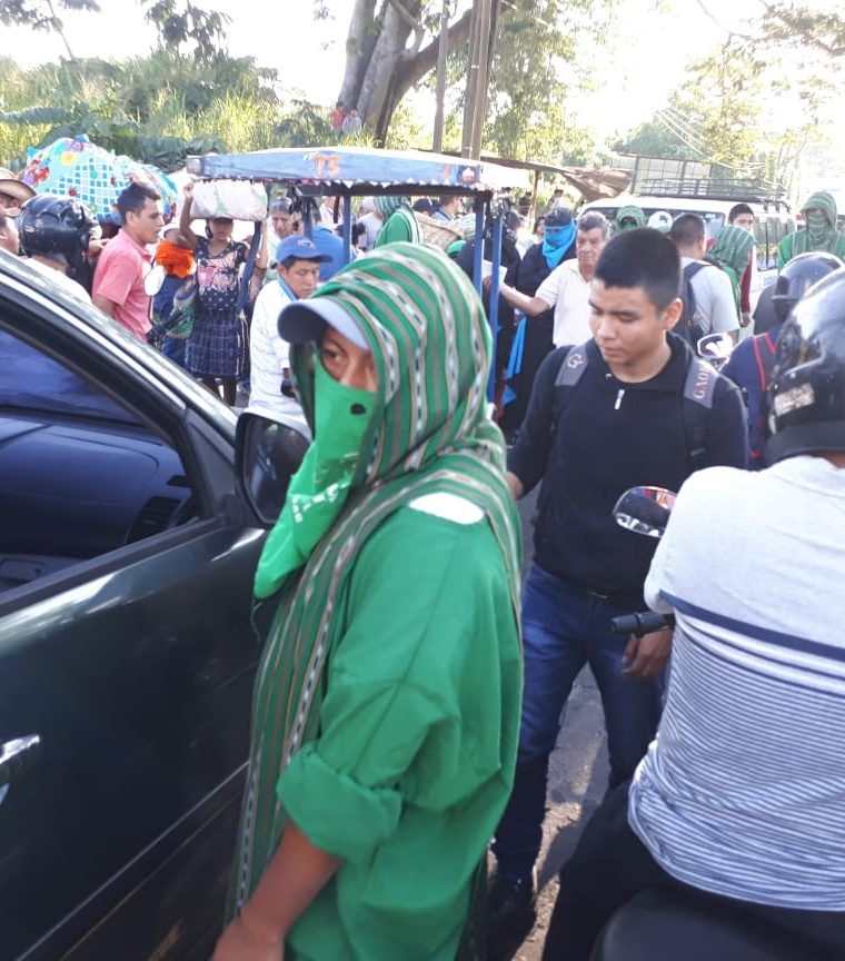 Universitarios de Quetzaltenango y Suchitepéquez bloquean el paso por el puente Castillo Armas, en Retalhuleu. (Foto Prensa Libre: Rolando Miranda)