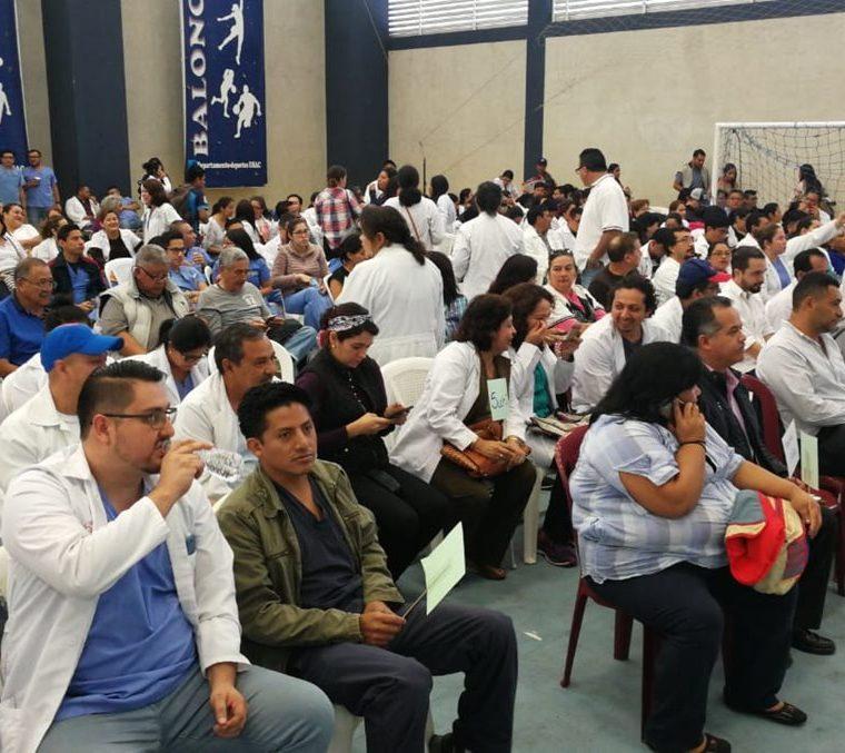 Médicos se reúnen en la Usac para unificar criterios para conseguir mejoras salariales. (Foto Prensa Libre: Érick Ávila)