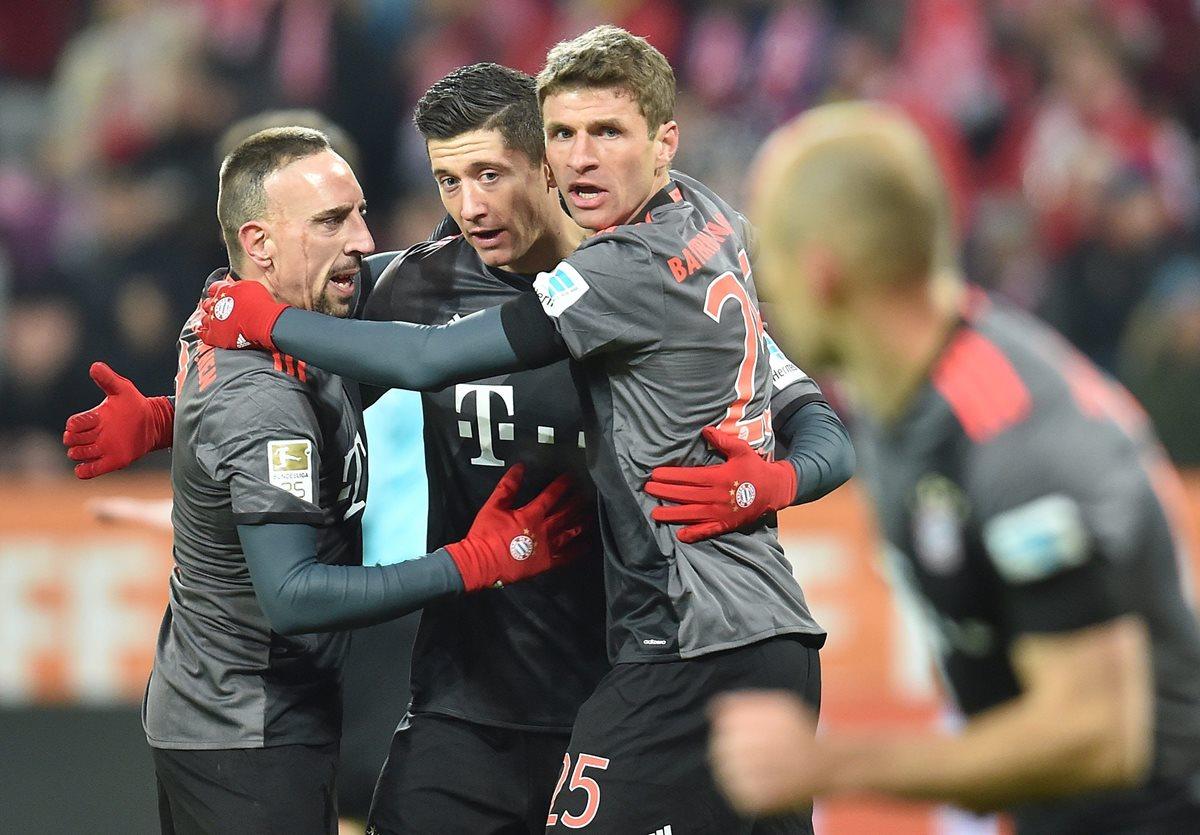 Así festejaron los jugadores del Bayern durante el partido. (Foto Prensa Libre: EFE)