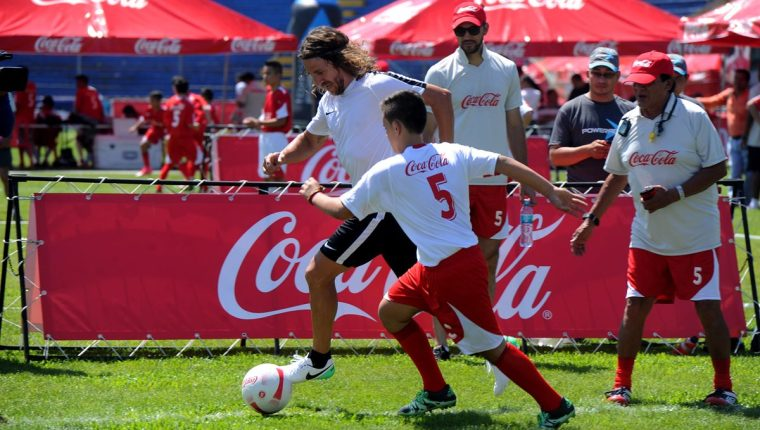 Carles Puyol realizó las clínicas con un grupo de niños en el estadio Carlos Salazar. (Foto Prensa Libre: Edwin Fajardo)