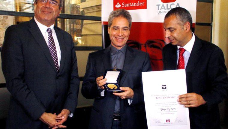 El escritor guatemalteco Rodrigo Rey Rosa recibió en Chile el Premio Iberoamericano de Letras José Donoso. (Foto Prensa Libre: EFE)
