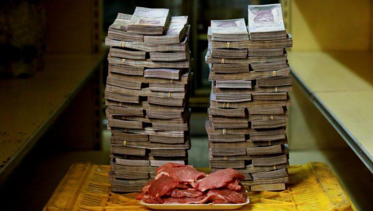 Un montón de bolívares venezolanos que equivalían a 1,45 dólares el 16 de agosto. Con esto se compra un kilo de carne. REUTERS