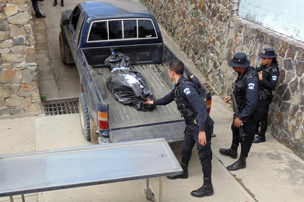 El cadaver de un hombre que murió por heridas de machete en San Pedro Pinula, Jalapa, es llevado a la morgue de la cabecera. (Foto Prensa Libre: Hugo Oliva)