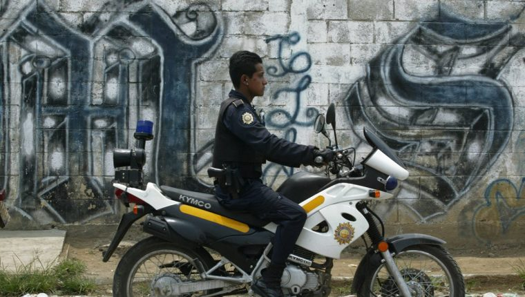 Un agente de la PNC se atreve a patrullar un sector dominado por la MS en una zona capitalina. (Foto Prensa Libre: Hemeroteca PL)