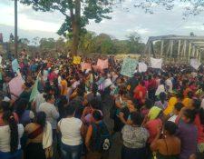 Decenas de personas, principalmente mujeres, bloquen el paso en el km 187 de la ruta al suroccidente, El Zarco, Santa Cruz Muluá, Retalhuleu. (Foto Prensa Libre: Rolando Miranda)