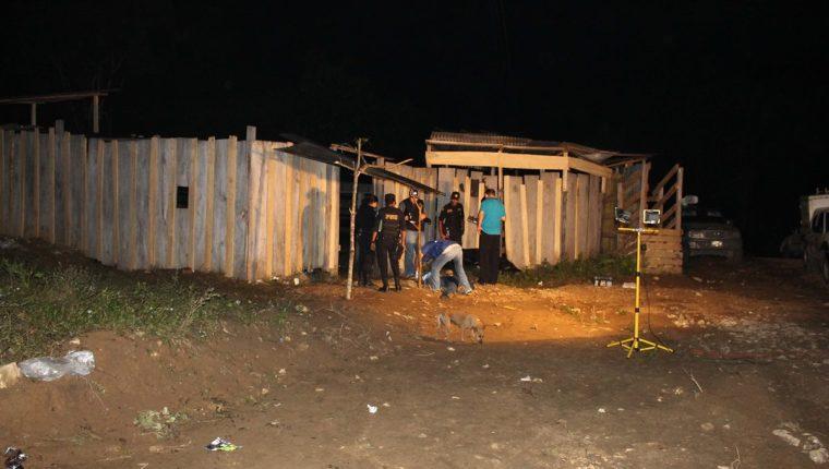 Investigadores policiales examinan la escena del crimen, donde un hombre murió a balazos en Dolores, Petén. (Foto Prensa Libre: Walfredo Obando)