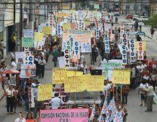 Guatemaltecos marchan por la avenida Bolivar en conmemoración de la Revolución de 1944. (Foto Prensa Libre: Álvaro Interiano)