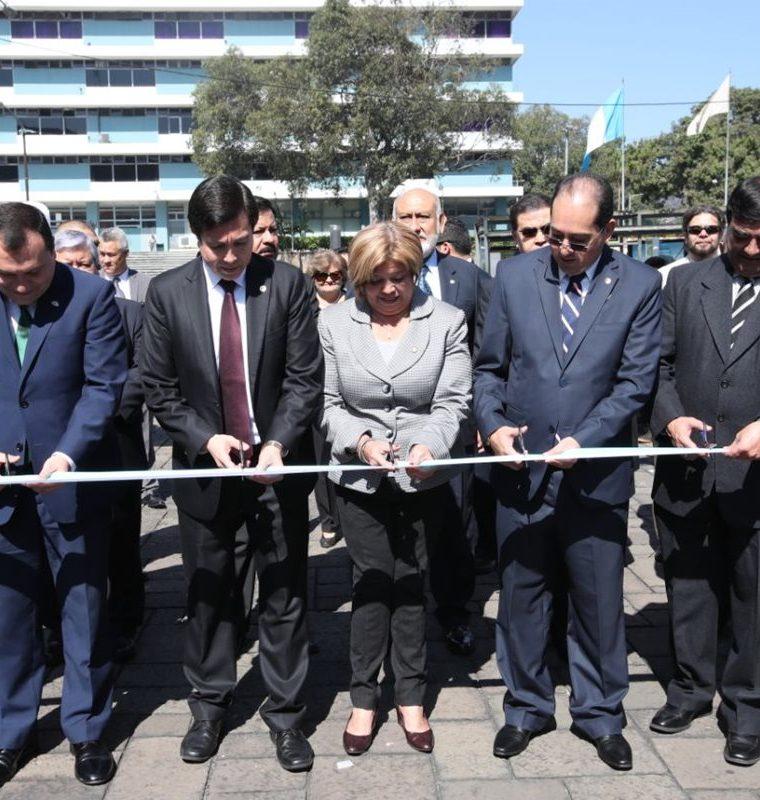 Autoridades del Banguat, Sib, Mineco y Educación inauguraron la Semana del Dinero organizada por el Banco de Guatemala. (Foto Prensa Libre: Paulo Raquec)