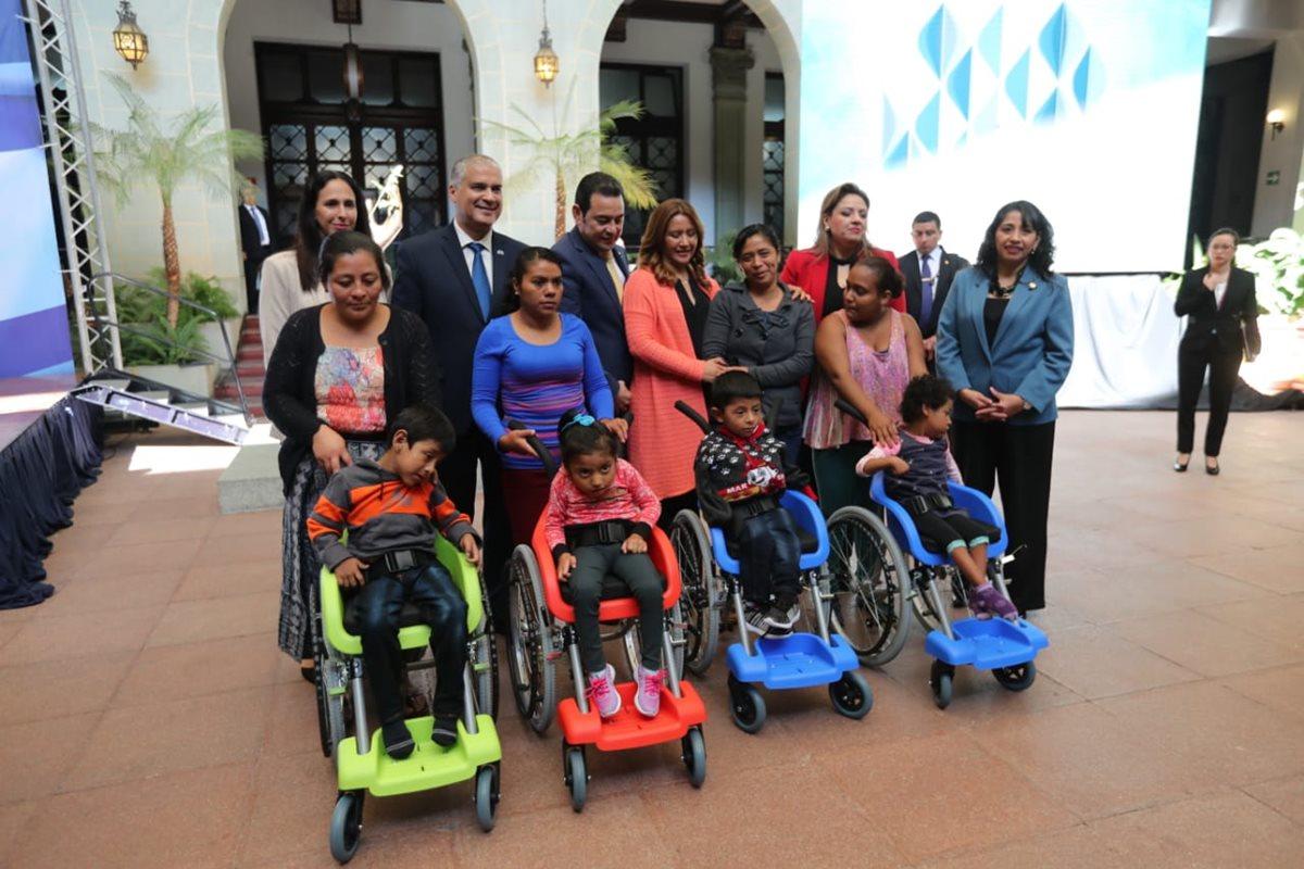 Niños de escasos recursos reciben sillas de ruedas donadas por Israel. (Fot Prensa Libre: Erick Ávila)