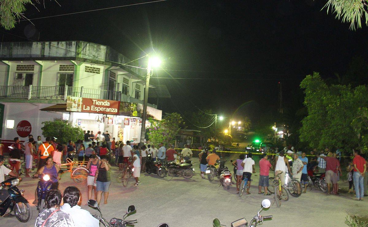 Fuerzas de seguridad resguardan lugar donde ocurrió un ataque armado, en Puerto Barrios, Izabal. (Foto Prensa Libre: Dony Stewart)