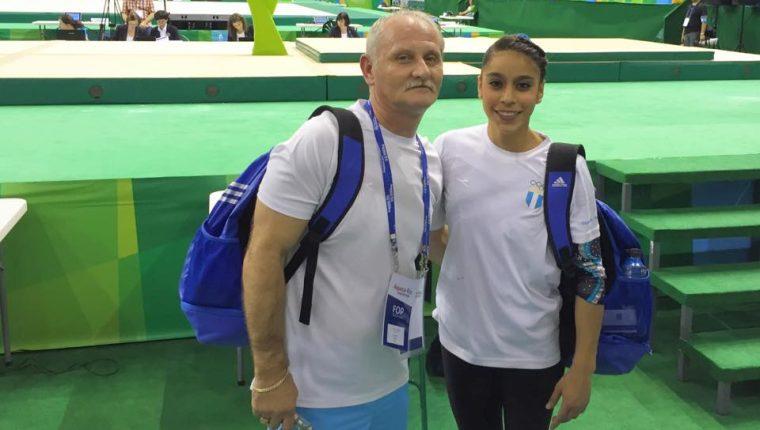 La gimnasta Sofía Gómez y su entrenador Adrian Boboc se muestran felices, luego de conseguir el pase a los Juegos Olímpicos de Río de Janeiro. (Foto Prensa Libre: Tomado del Facebook de Ana Sofía Gómez)