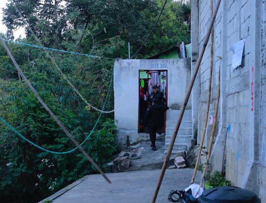 PNC resguarda la casa donde vivía el niño y su familia. (Foto Prensa Libre: Cortesía)