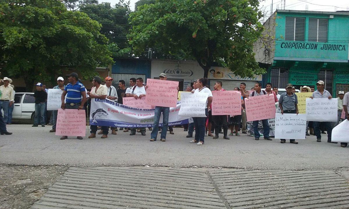 Pobladores de San Benito exigen cierre de la empresa Repsa y que investiguen caso de contaminación del río La Pasión, en Petén. (Foto Prensa Libre: Rigoberto Escobar)