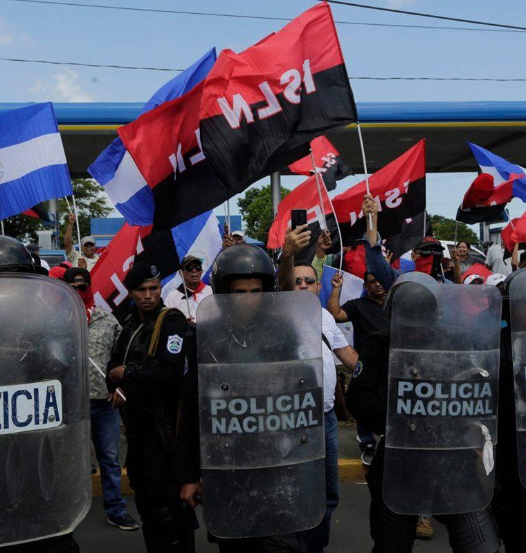 Sandinistas se hicieron presentes en la marcha (Foto Prensa Libre: AFP)