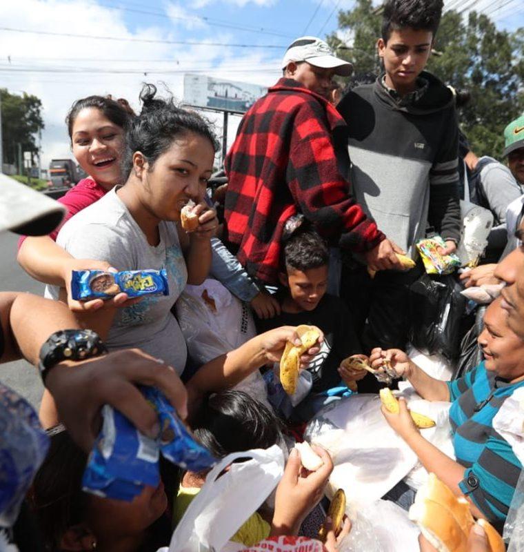Algunos guatemaltecos salieron al paso de los migrantes hondureños para obsequiarles alimentos. (Foto Prensa Libre: Óscar Rivas)