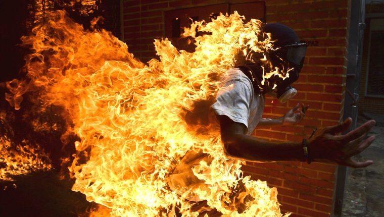 Este miércoles un manifestante terminó prendido en llamas durante las protestas en Venezuela, después de que una moto explotara cuando él saltaba sobre ella. AFP/RONALDO SCHEMIDT