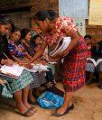 En Momostenango, Totonicapán, un grupo de mujeres aprende a leer y escribir con apoyo de la Fundación Ramiro Castillo Love. (Foto Prensa Libre: Cortesía)