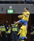 Zlatan Ibrahimovic festeja luego de anotar desde los once metros el gol que le dio el triunfo a Suecia. (Foto Prensa Libre: AFP)