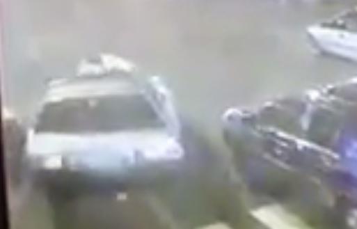 Momento en el que el agente de Emixtra es arrollado por el vehículo. (Foto Prensa Libre: Cortesía)