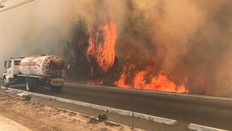 Incendio forestal de grandes proporciones complica el tránsito en bulevar El Naranjo. (Foto Prensa Libre: Bomberos Municipales de Mixco)