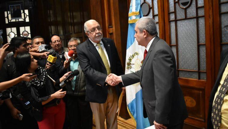 Guillermo Pellecer, presidente de la Junta Directiva de la Asociación de Dignatarios de la Nación, entrega al secretario general de la presidencia, Carlos Martínez, una carta para respaldar al presidente Jimmy Morales.