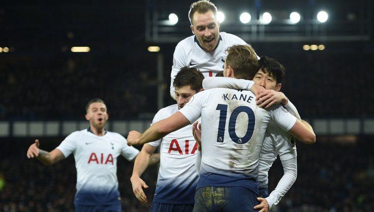 Los jugadores del Tottenham festejaron este domingo. (Foto Prensa Libre: AFP)