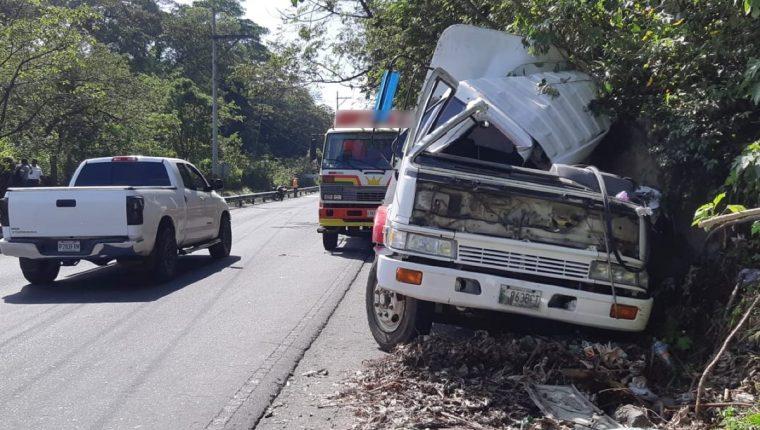 El piloto del camión cargado con bebidas carbonatadas tuvo que hacer una maniobra para evitar caer a barranca Honda. (Foto Prensa Libre: Enrique Paredes)