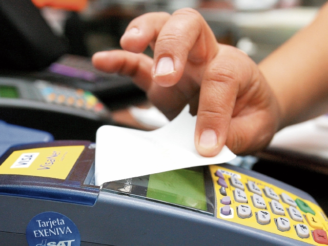 Consumo con tarjetas de crédito sufre leve baja