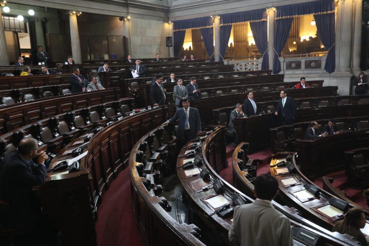 Pocos diputados acudieron a la sesión extraordinaria de este viernes. (Foto Prensa Libre: Érick Ávila)
