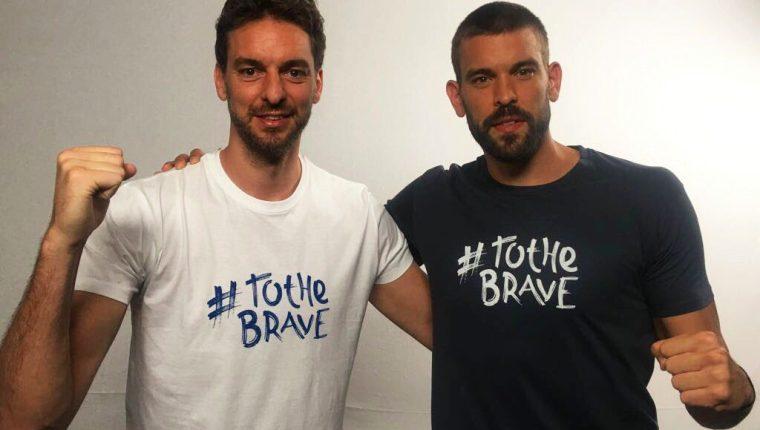 Los hermanos Pau y Marc Gasol lucen la camisola en apoyo a los niños con cáncer. (Foto Prensa Libre: Twitter @paugasol)