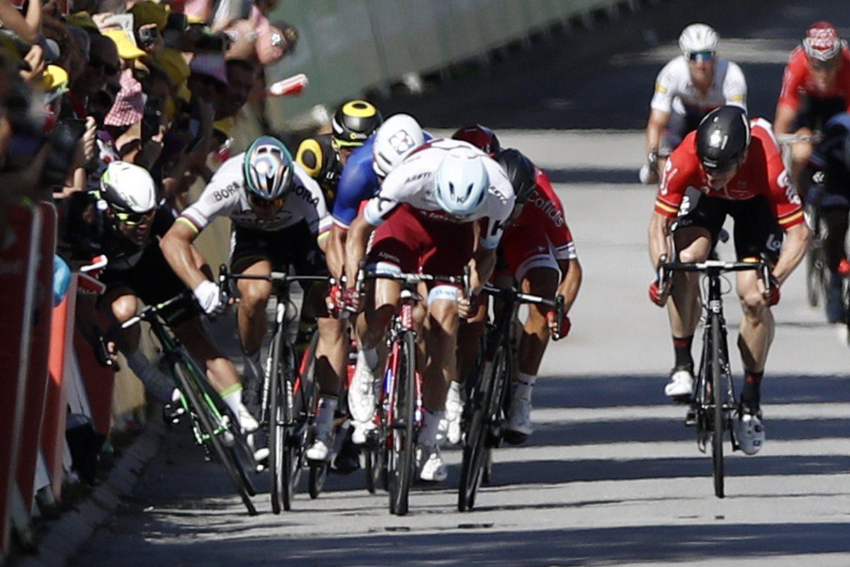 Peter Sagan (Bora) , actual campeón del mundo, fue expulsado del Tour de Francia por los comisarios de la carrera tras provocar la caída del británico Mark Cavendish (Dimension Data). (Foto Prensa Libre: AFP)