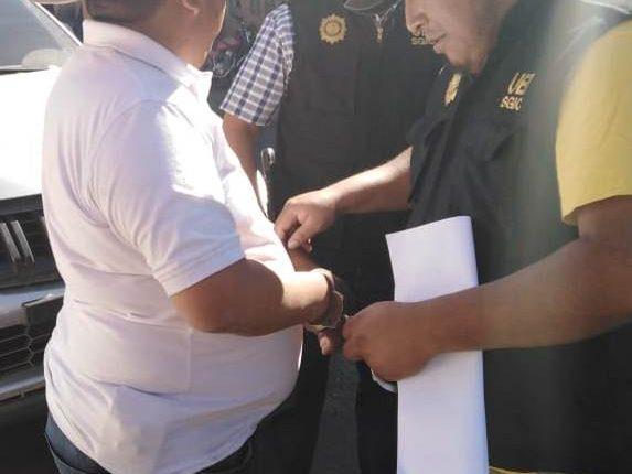 Agente de la PNC detiene a Gaspar Sarat Oxlaj, posible candidato a alcalde de Cunén Quiché, por el partido Vamos, señalado de tráfico de personas (Foto Prensa Libre: PNC).
