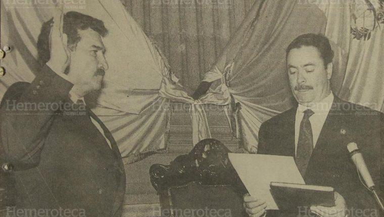 5/6/1993 Ramiro de León Carpio es juramentado por el presidente del Organismo Legislativo, José Fernando Lobo Dubón. (Foto: Hemeroteca PL)