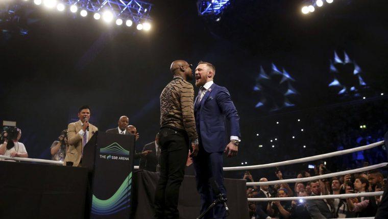 Connor McGregor y Floyd Mayweather hicieron la presentación de su pelea en el SS Arena en Wembley. (Foto Prensa Libre: AP)