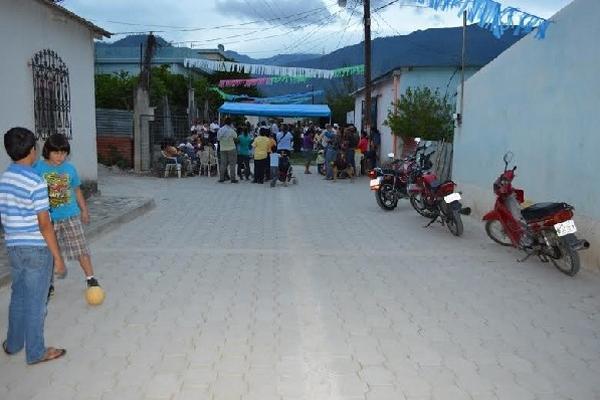 vecinos participan  en  la inauguración de la calle adoquinada, en la aldea Santa Cruz, Río Hondo.