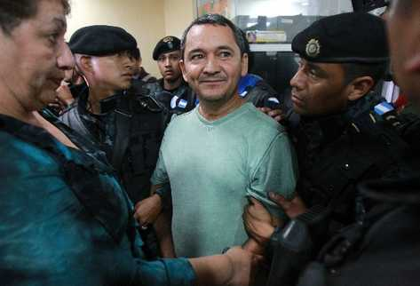 Waldemar Lorenzana dentro de la torre de tribunales acompañado por policías y una mujer (Foto Prensa Libre: Esbin García)