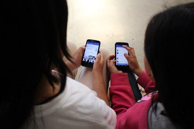 Falta de atención de padres de familia pone en riesgo la vida de menores que utilizan redes sociales. (Foto Prensa Libre: Mike Castillo)