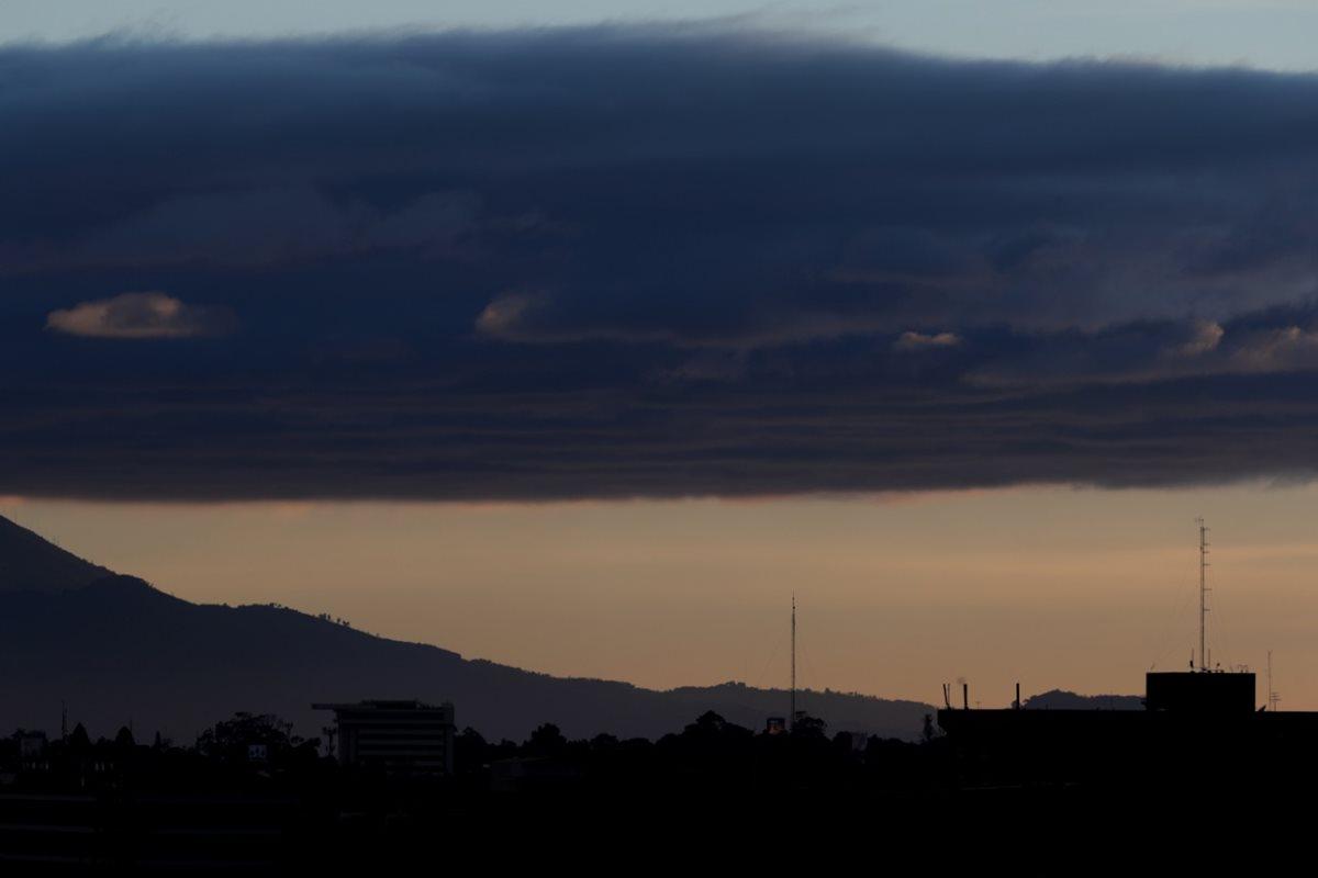 Vista panorámica de la Ciudad de Guatemala, donde se observa gran cantidad de nubes. (Foto Prensa Libre: Antonio Jiménez)